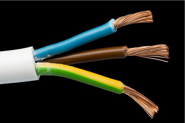 电线电缆绝缘层和护套修复方法?电线电缆绝缘层和护套修复方法有哪些?首先,我们先来看下什么是电线电缆吧,电线电缆是由一根或多根绝缘线芯,以及它们各自可能具有的包覆层,总保护层及外护层,电缆亦可有附加的没有绝缘的导体。用以传输电(磁)能,信息和实现电磁能转换的线材产品。好了,接下来我们接着来说下电线电缆绝缘层和护套修复方法吧。   电线电缆绝缘层和护套修复方法?   所需器材:原材料用相同塑料的塑料条、皮、块、管,原材料应平整光滑、干净,无其他缺陷。使用的器械是细木锉、刀、剪、钳子、螺丝刀、铜片或平整光